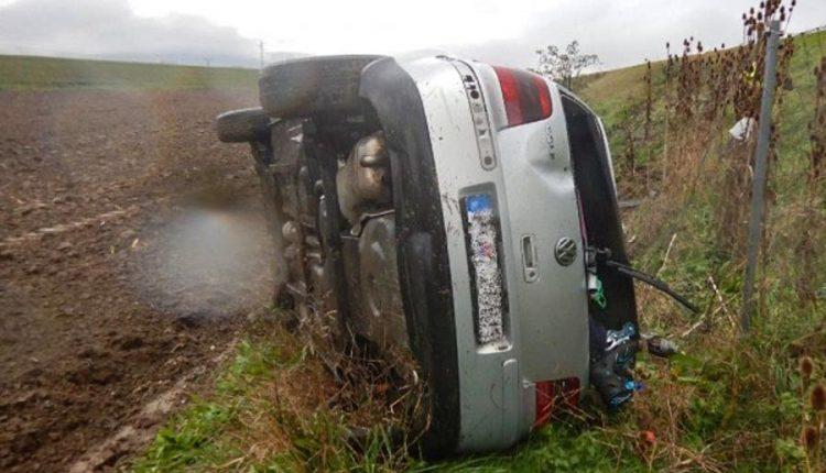 FOTO: Nehoda na diaľnici, auto skončilo v poli