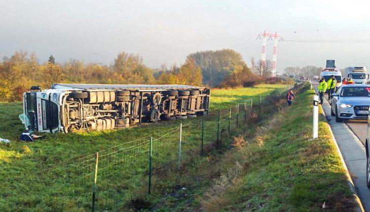 FOTO: Nehoda na diaľnici, kamión zišiel z cesty