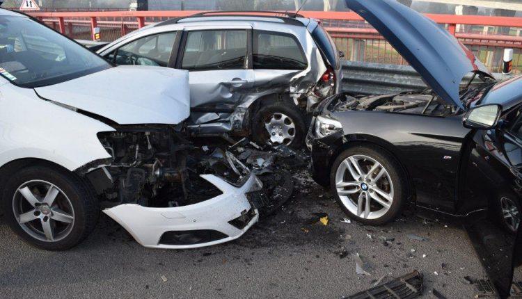 FOTO: Na výjazde z diaľnice sa zrazili tri autá