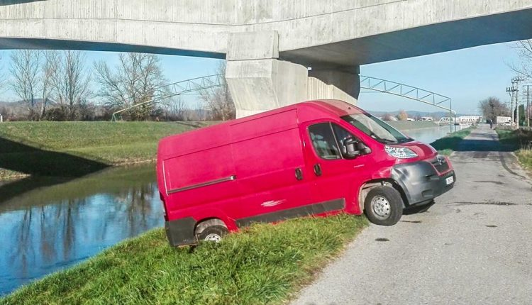 FOTO:  Vodič bol tak ožratý, že vypadol z auta a plazil sa