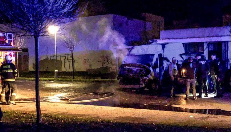 FOTO: Nočný požiar dodávky v Púchove