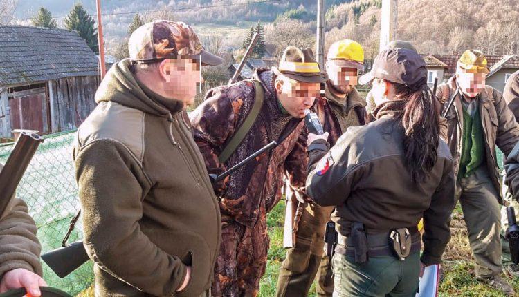FOTO: Policajtky skontrolovali poľovníkov