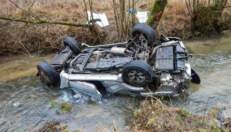 FOTO: Auto po dopravnej nehode skončilo v potoku