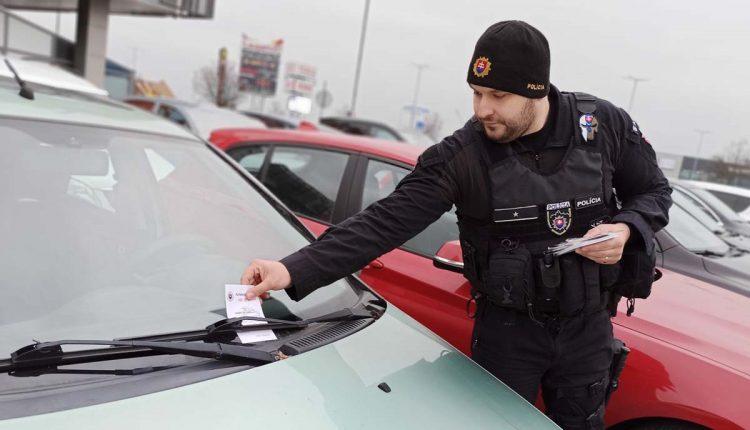 Policajti upozorňujú vodičov: Automobil nie je výklad!