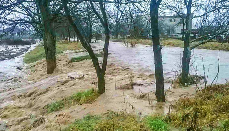 FOTO: Dážď robí starosti, v Horovciach sa vylial potok