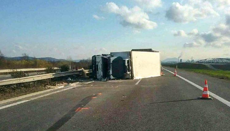 FOTO: Nehoda nákladného auta na diaľnici