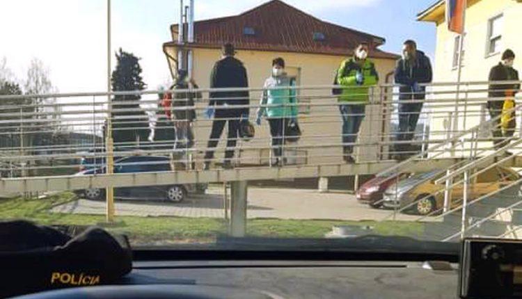 Púchovskí policajti apelujú na to, aby sa ľudia nezhlukovali