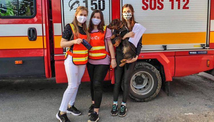 Dobrovoľní hasiči z DHZO Streženice rozdávajú ochranné rúška