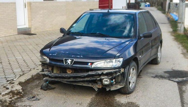 FOTO: Vodič v Púchove narazil do plotu, nafúkal 2,58 promile