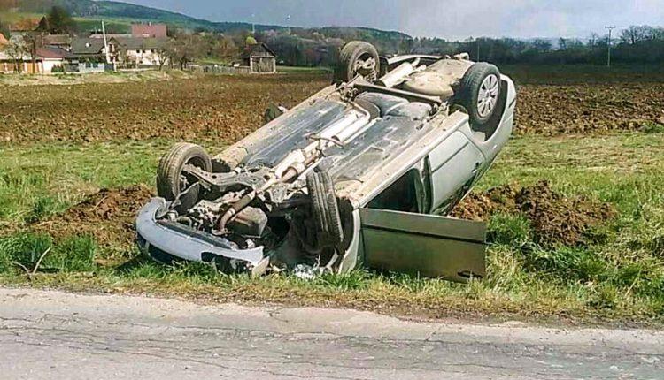 Nehoda dvoch áut, jedno skončilo na streche