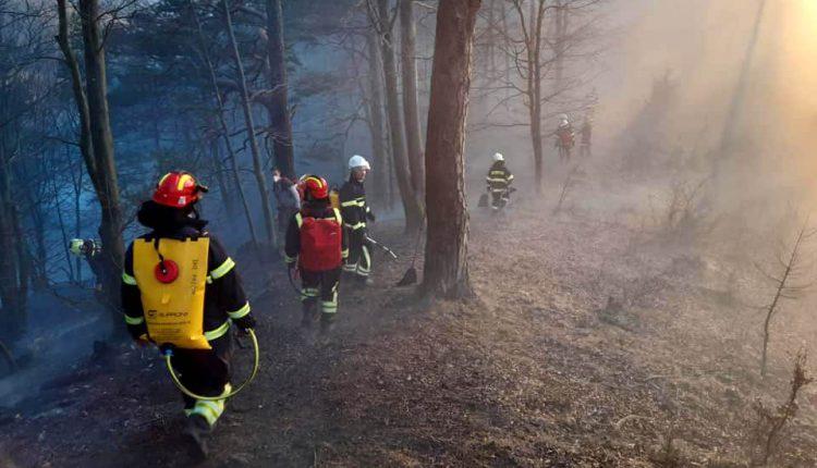 FOTO: Veľký požiar v našom regióne, zasahujú desiatky hasičov