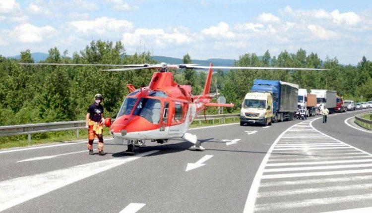 Zrážka dvoch vozidiel na diaľnici, zasahoval aj vrtuľník
