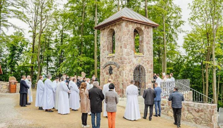 Biskup Galis požehnal novú zvonicu v Skalnom sanktuáriu na Butkove