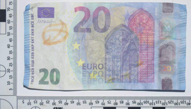 Platil falošnou bankovkou, policajti ho chytili