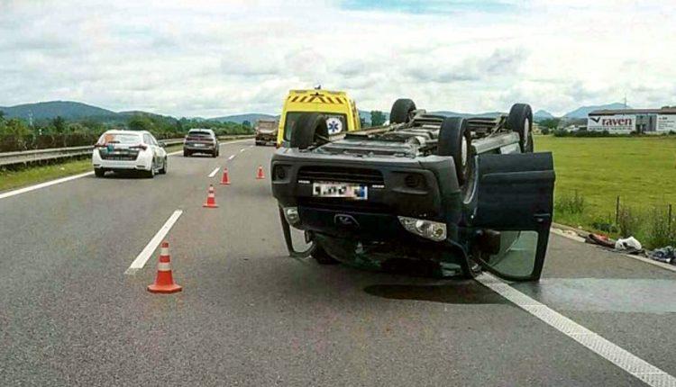 FOTO: Auto sa pri nehode na diaľnici prevrátilo na strechu