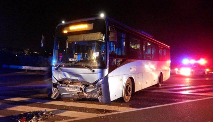FOTO: Na diaľničnom privádzači sa zrazilo auto s autobusom