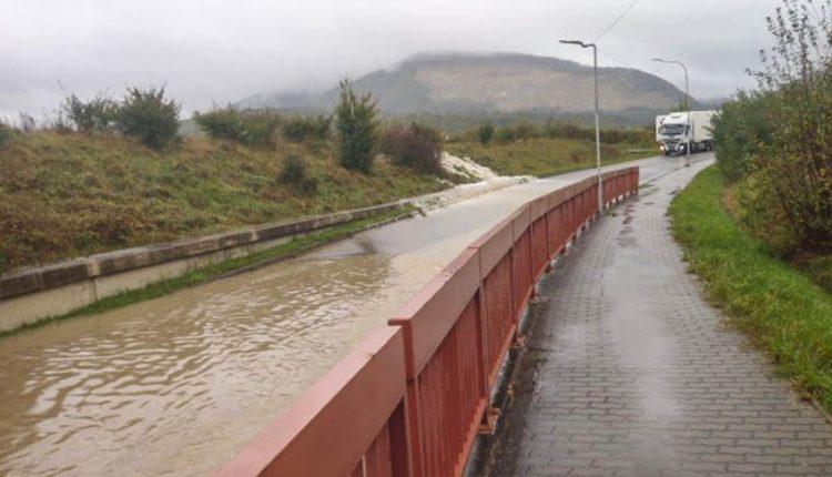 FOTO: Počasie opäť vyčíňalo, voda zaplavila podjazd
