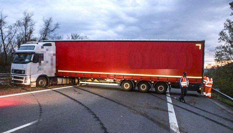 FOTO: Nehoda kamiónu obmedzila dopravu na diaľnici