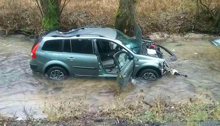 FOTO: Vozidlo skončilo po nehode v potoku