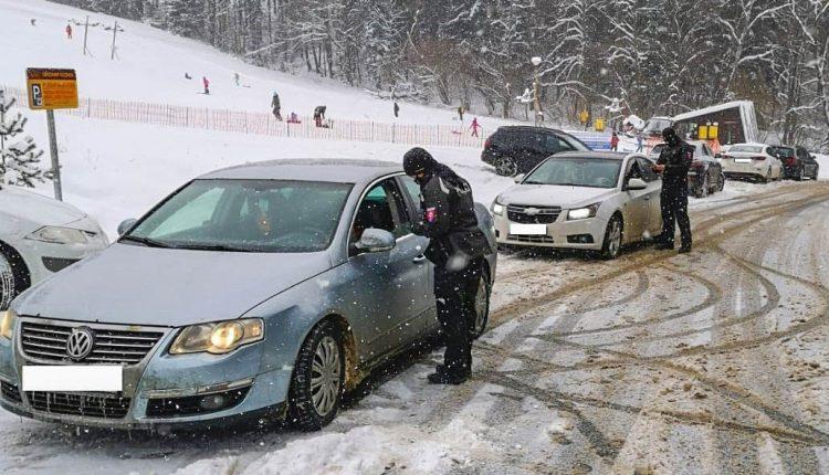 FOTO: Policajti kontrolujú aj návštevníkov lyžiarskeho strediska!