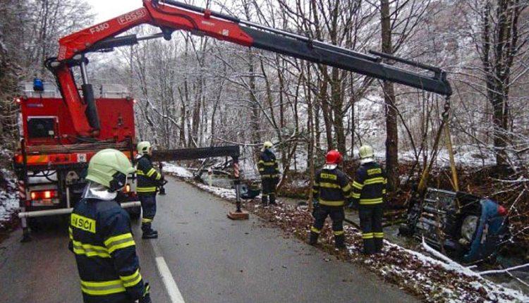 FOTO: Auto zostalo v potoku prevrátené na bok