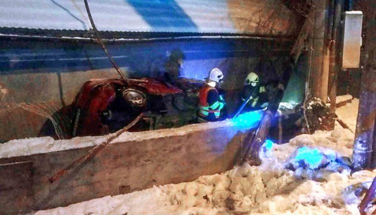 FOTO: Auto poškodilo plynové potrubie a drevený stĺp