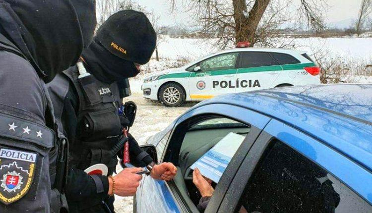 FOTO: Policajti kontrolujú aj pohyb vozidiel na hraniciach okresov
