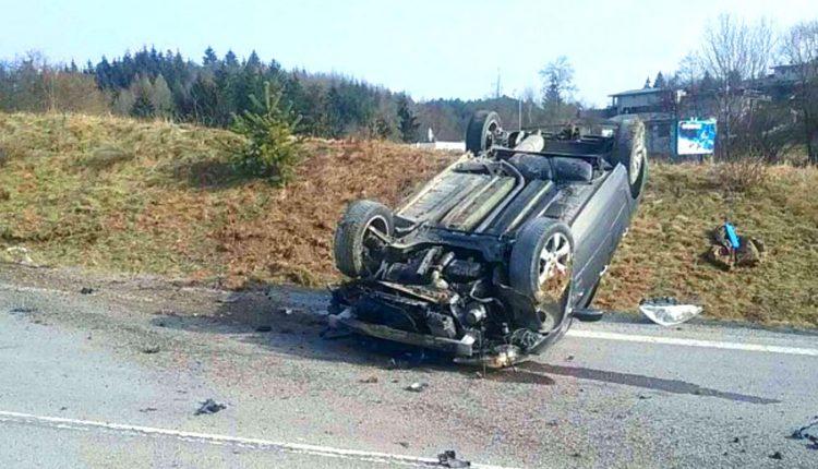FOTO: Auto skončilo na streche, vodič sa nezranil