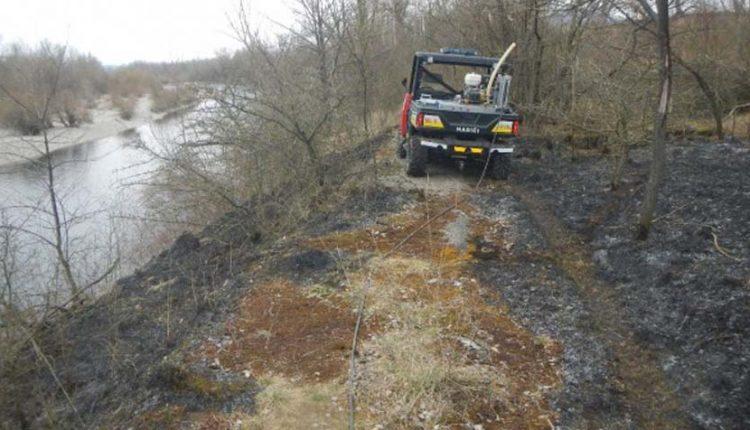 FOTO: Požiar trávnatého porastu pri rieke Váh