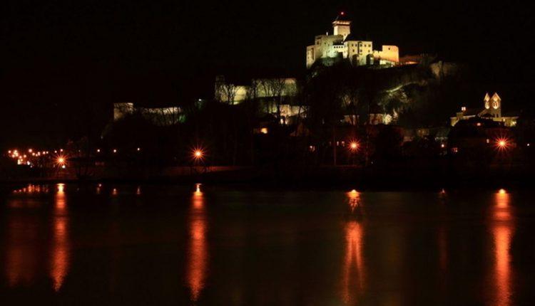 Trenčiansky hrad sa cez víkend ponorí do tmy