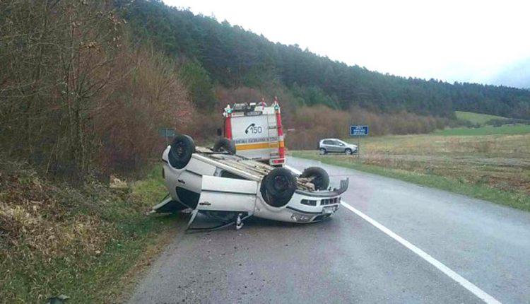 FOTO: Auto skončilo na streche, vodič vyviazol bez zranení