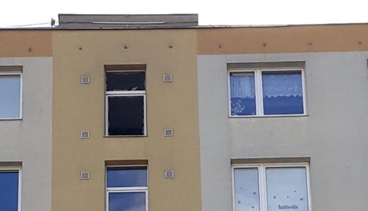Výbuch v bytovke narobil škody a vystrašil obyvateľov