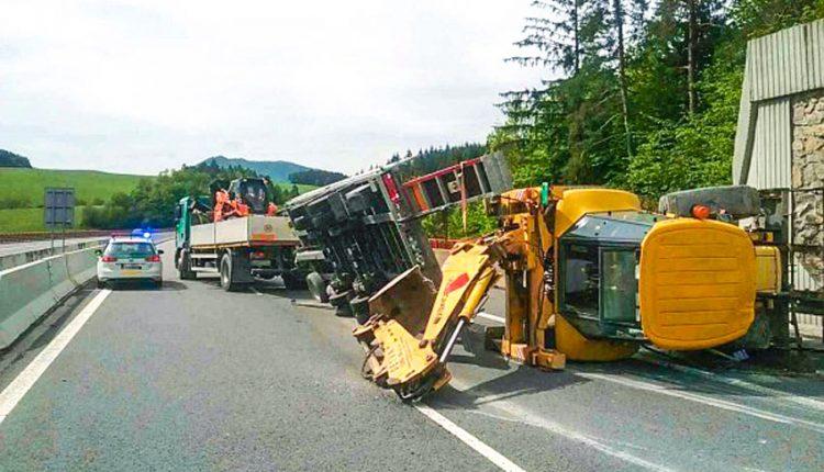 FOTO: Na diaľnici došlo k nehode, prevrátený báger blokoval dopravu