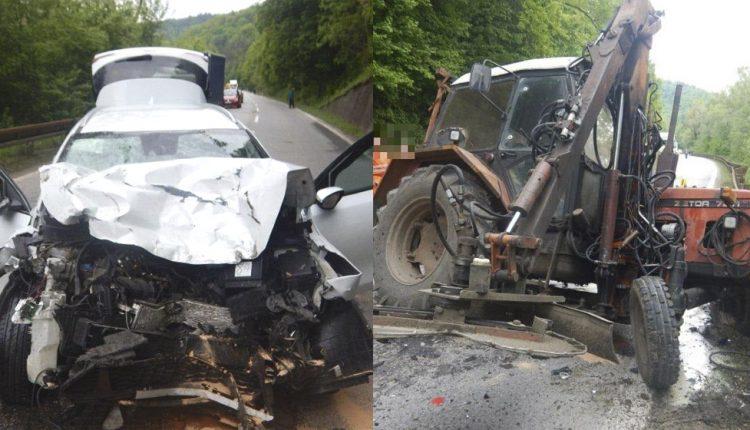 FOTO: Vodič narazil do traktora, jeho odtrhnuté koleso narazilo do ďalšieho auta
