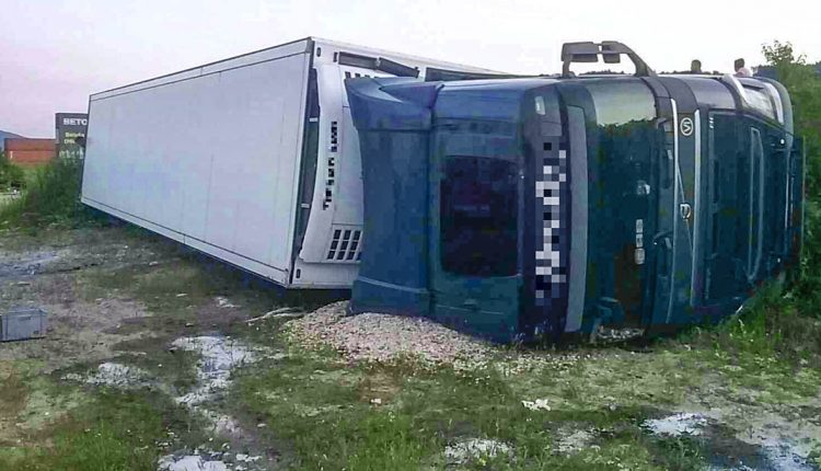 FOTO: Pri Púchove sa prevrátil kamión