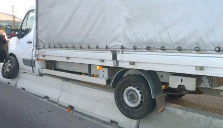 FOTO: Dopravná nehoda na diaľničnom privádzači pri obci Beluša
