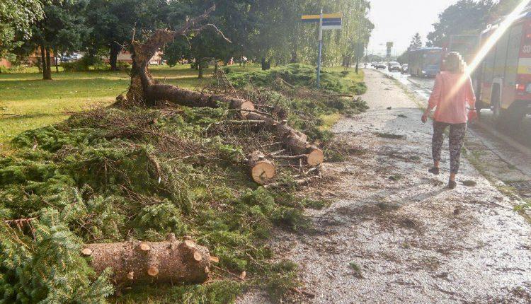 FOTO: Búrka narobila škody a zamestnala hasičov