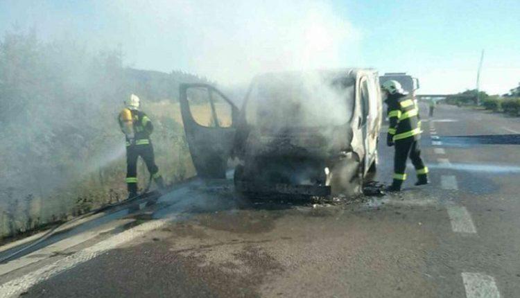 FOTO: Na diaľnici horela dodávka, oheň zasiahol aj suchú trávu