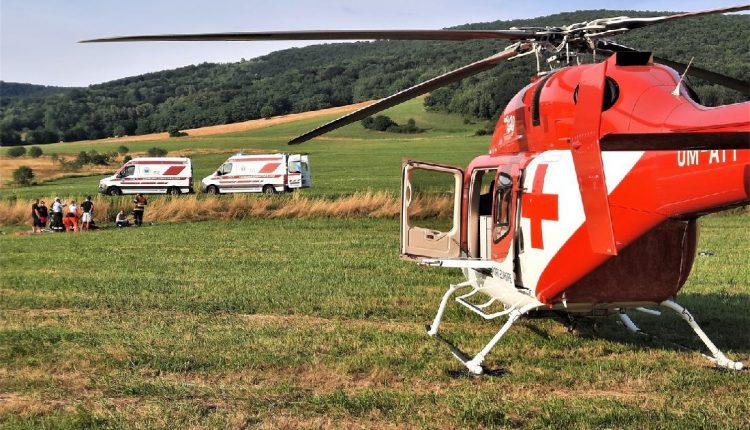 V lese sa zrazila motorka s autom, zasahoval aj vrtuľník