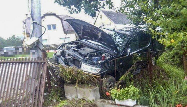 Nehoda v obci, auto narazilo do elektrického stĺpa