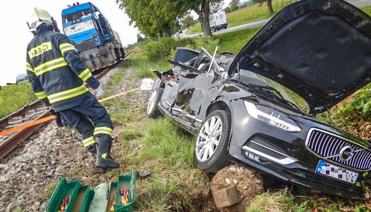 FOTO: Auto sa zrazilo s vlakom, vodička utrpela zranenia